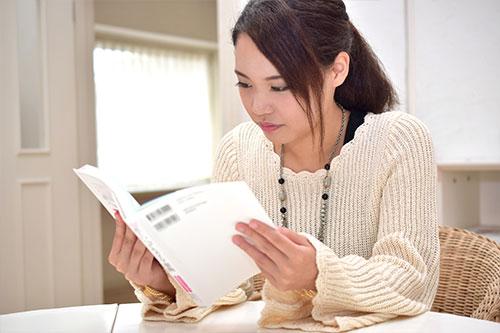 勉強する女性(イメージ)